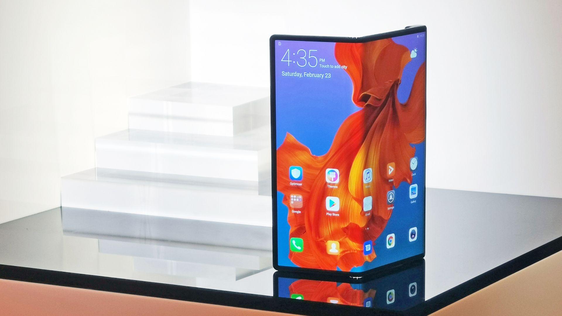 Шеф от Huawei позира със сгъваемия смартфон на компанията