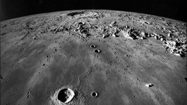 Индийската сонда вече е в лунна орбита