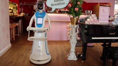 Британски ресторант има робот-сервитьорка, кръстен на Тереза Мей (видео)