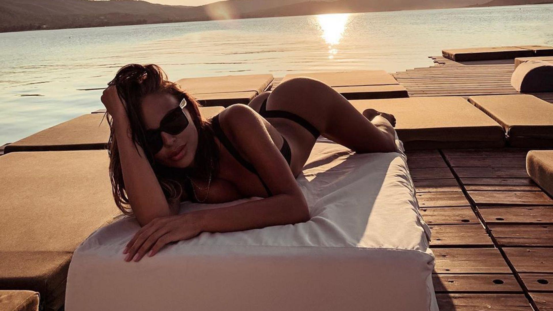 Николета Лозанова се припича по гръцките плажове