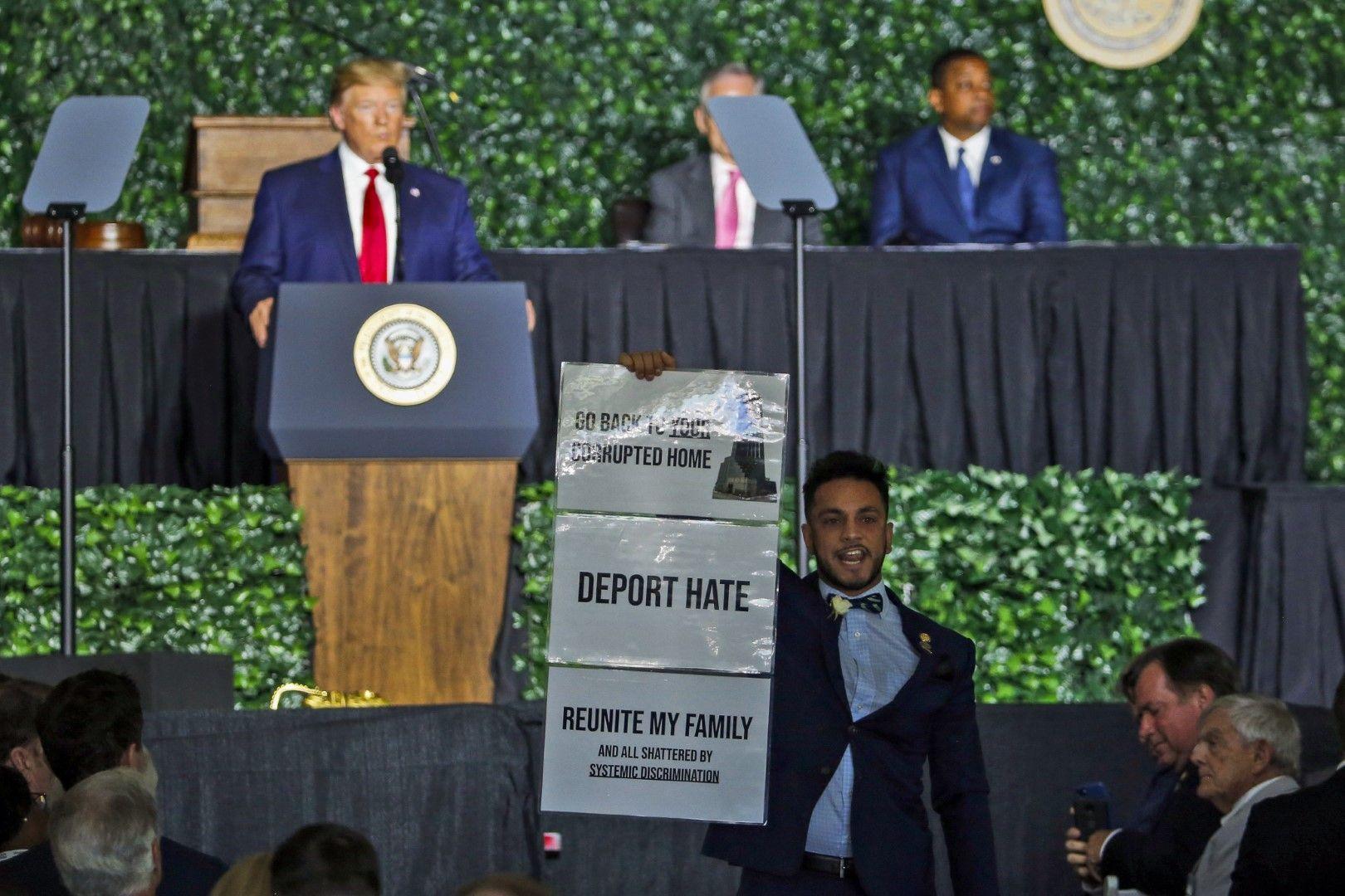 """Демократът от Вирджиния Ибрахим Самира прекъсна президента Тръмп с викове и надпис: """"Връщай се в корумпирания си дом"""""""