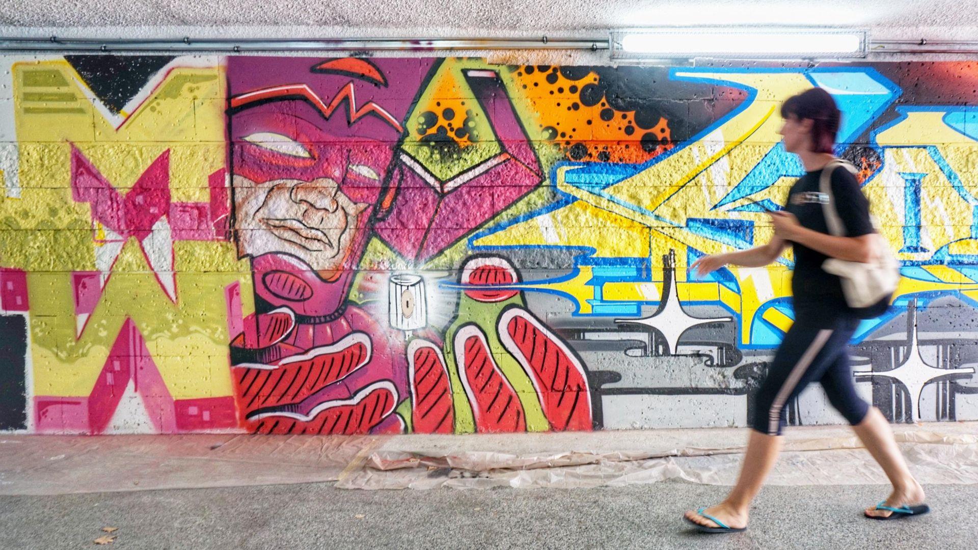 Разкрасяват подлез с космически графити (снимки)