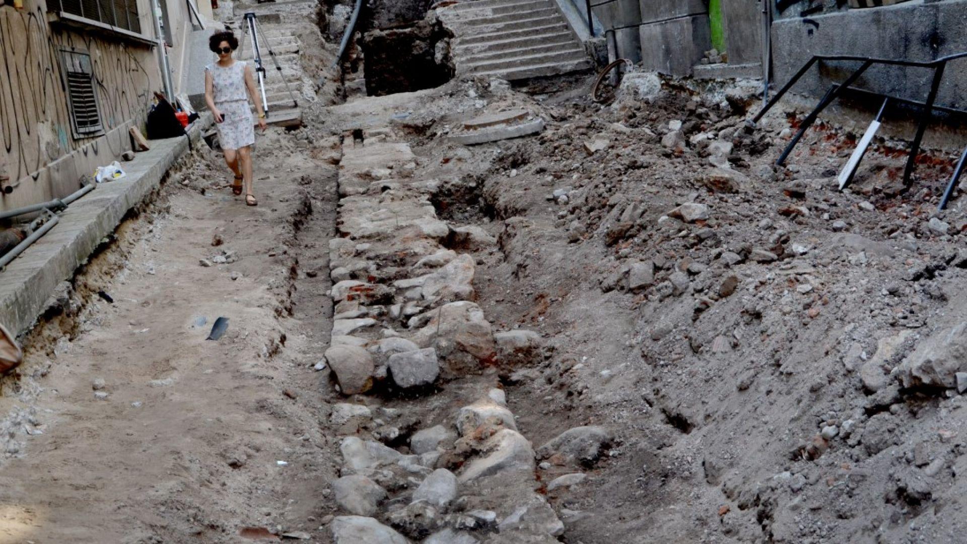 Показаха античен зид, открит при ремонт на най-малката улица в София (снимки)
