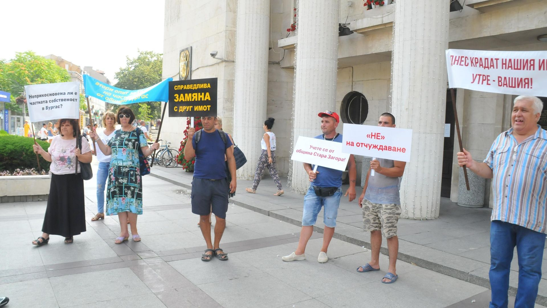 Протест на собственици на имот заради спрян строеж в Бургас (снимки)