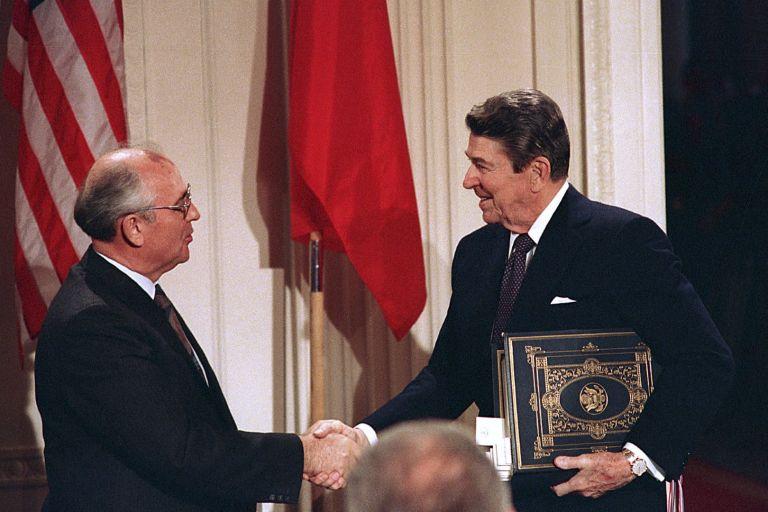 Михаил Горбачов и Доналд Рейгън подписват на 8 декември 1987 г. Договор за ядрените сили с междинен обсег