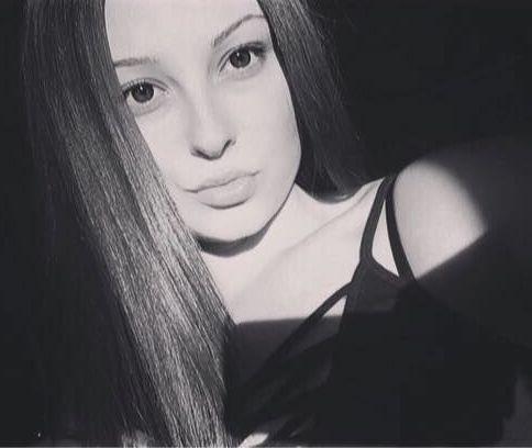 Роберта е ученичка в Националната финансово-стопанска гимназия в София