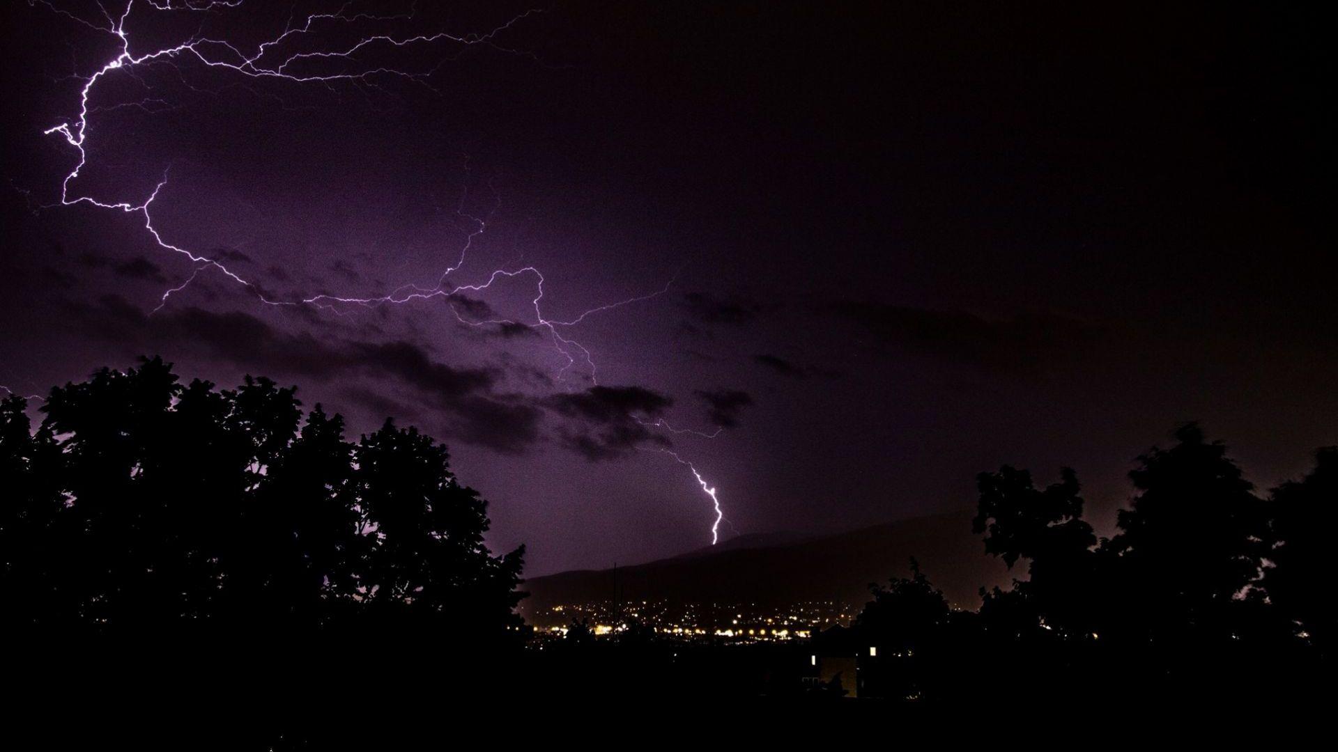Бурята в София взе жертва, 184 000 мълнии са паднали на Балканите