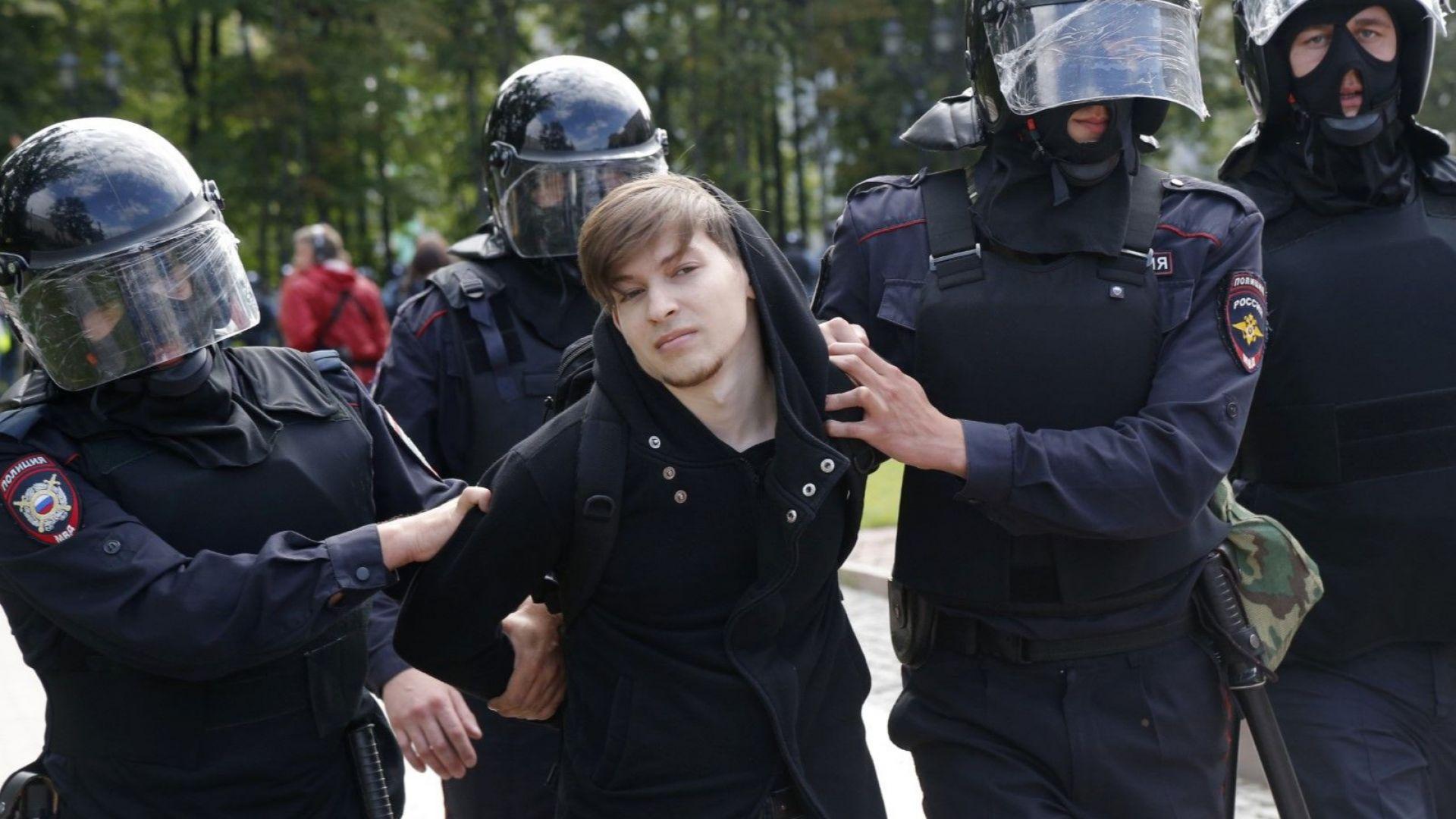 Полицията задържа стотици протестиращи в центъра на Москва