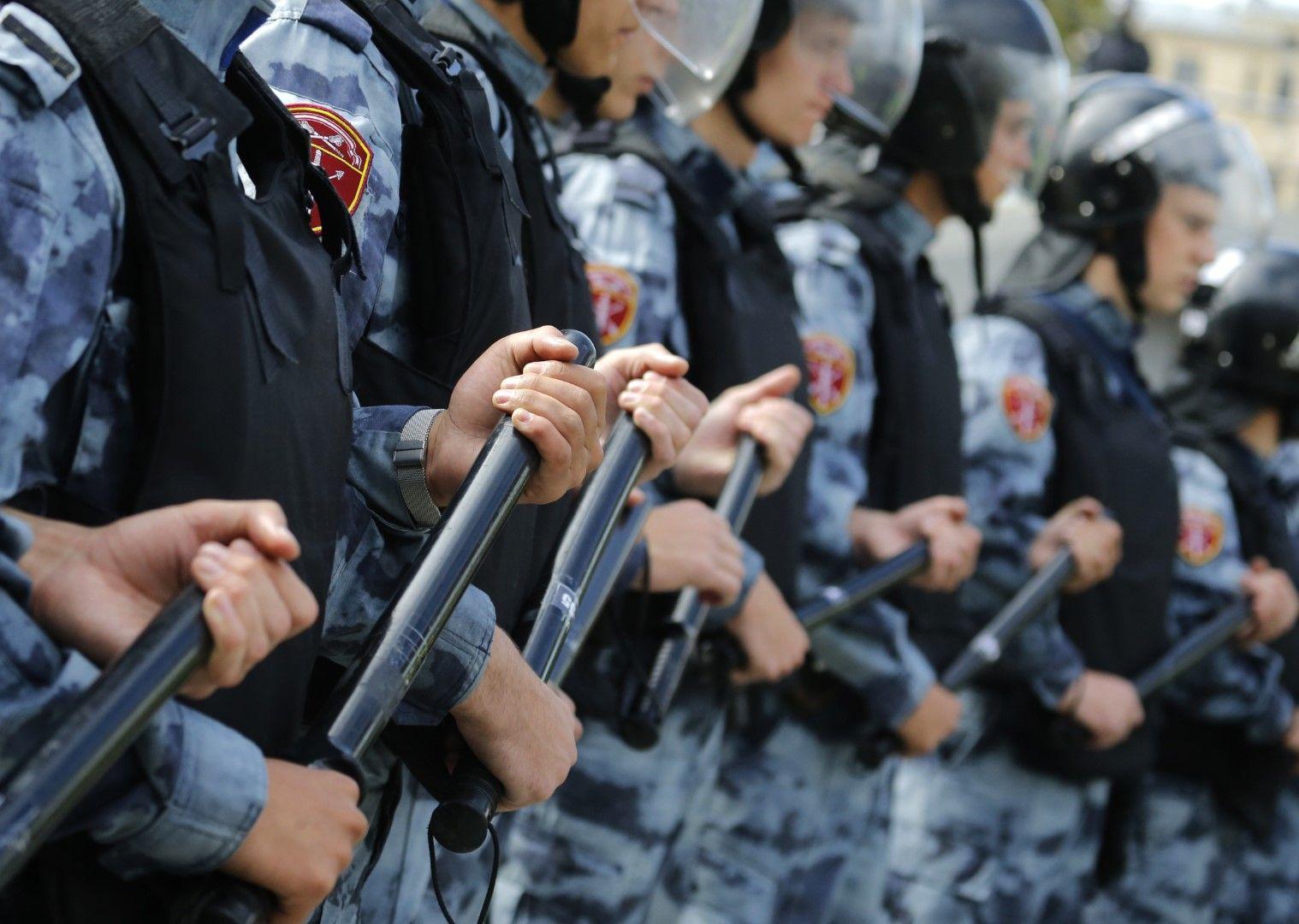 Полицейски кордон пред протестиращите