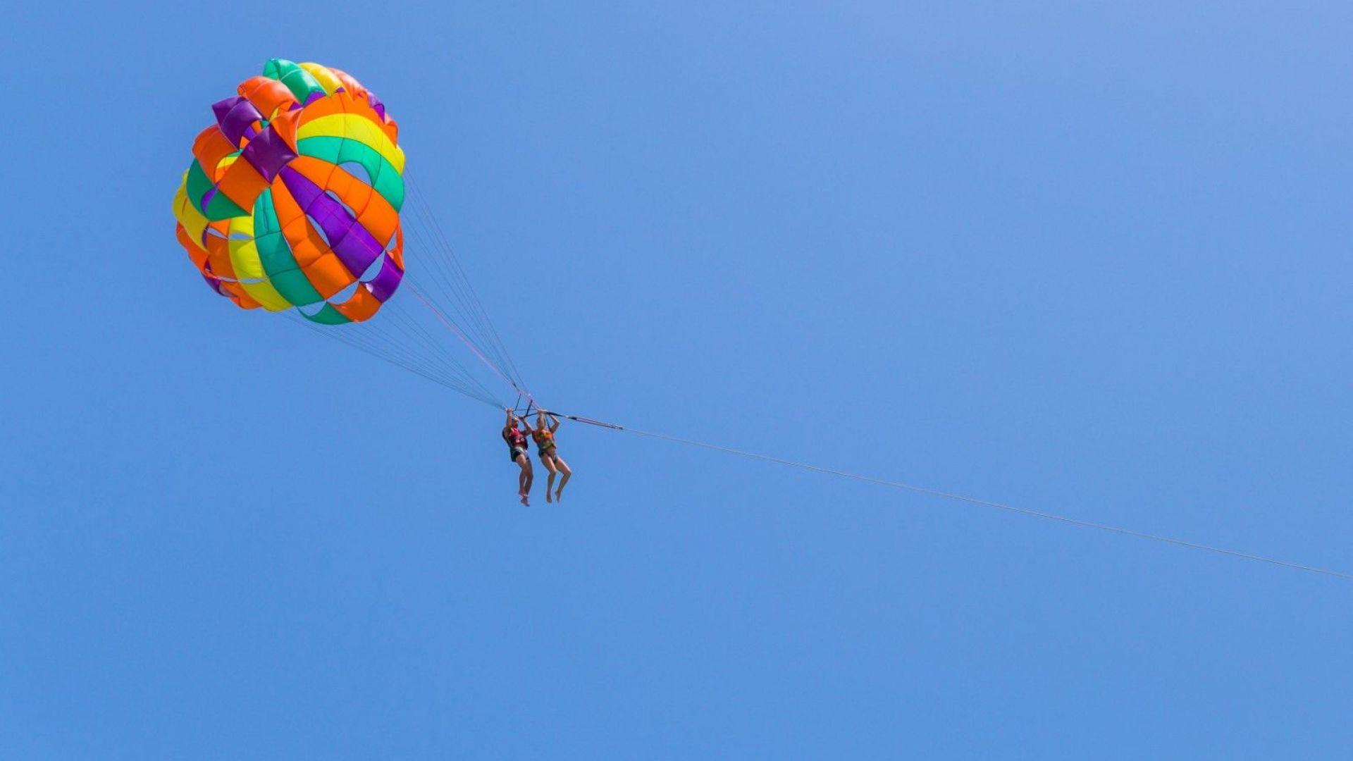 Две момичета паднаха от парашут върху покрив на заведение в Созопол