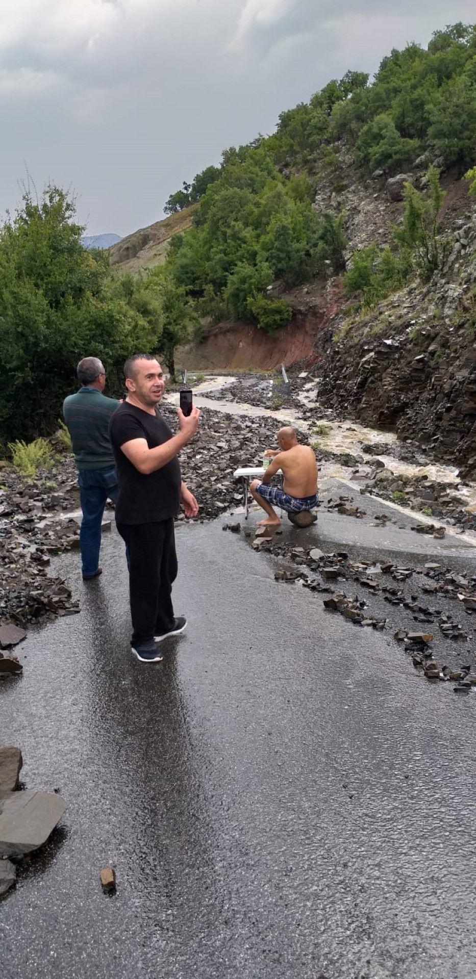 Блокираните от свлачище туристи в планинската местност Дамбалъ