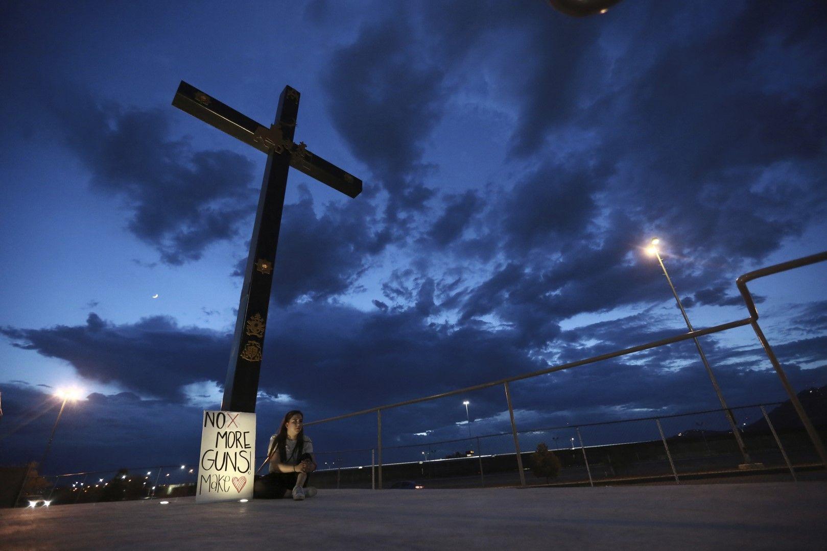 Мексиканка седи до голям кръст в град Хуарес с послание: Стига повече оръжия, правете любов