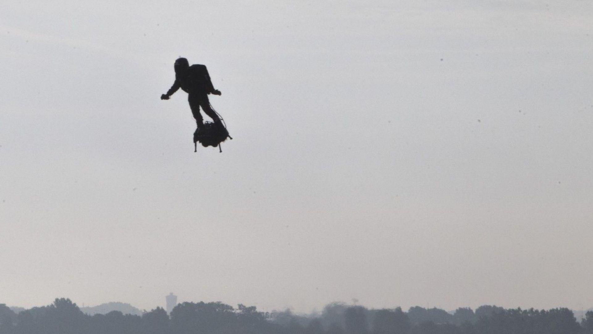 Франки Запата успешно прекоси Ламанша на летящия си ховърборд