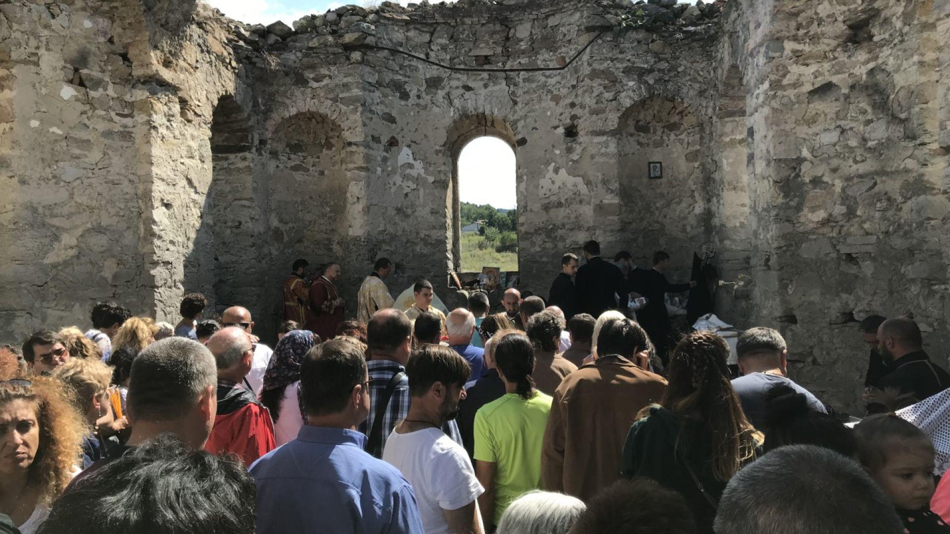 """Стотици хора се събраха отново в храм, потопен преди 55 г. от язовир """"Жребчево"""""""