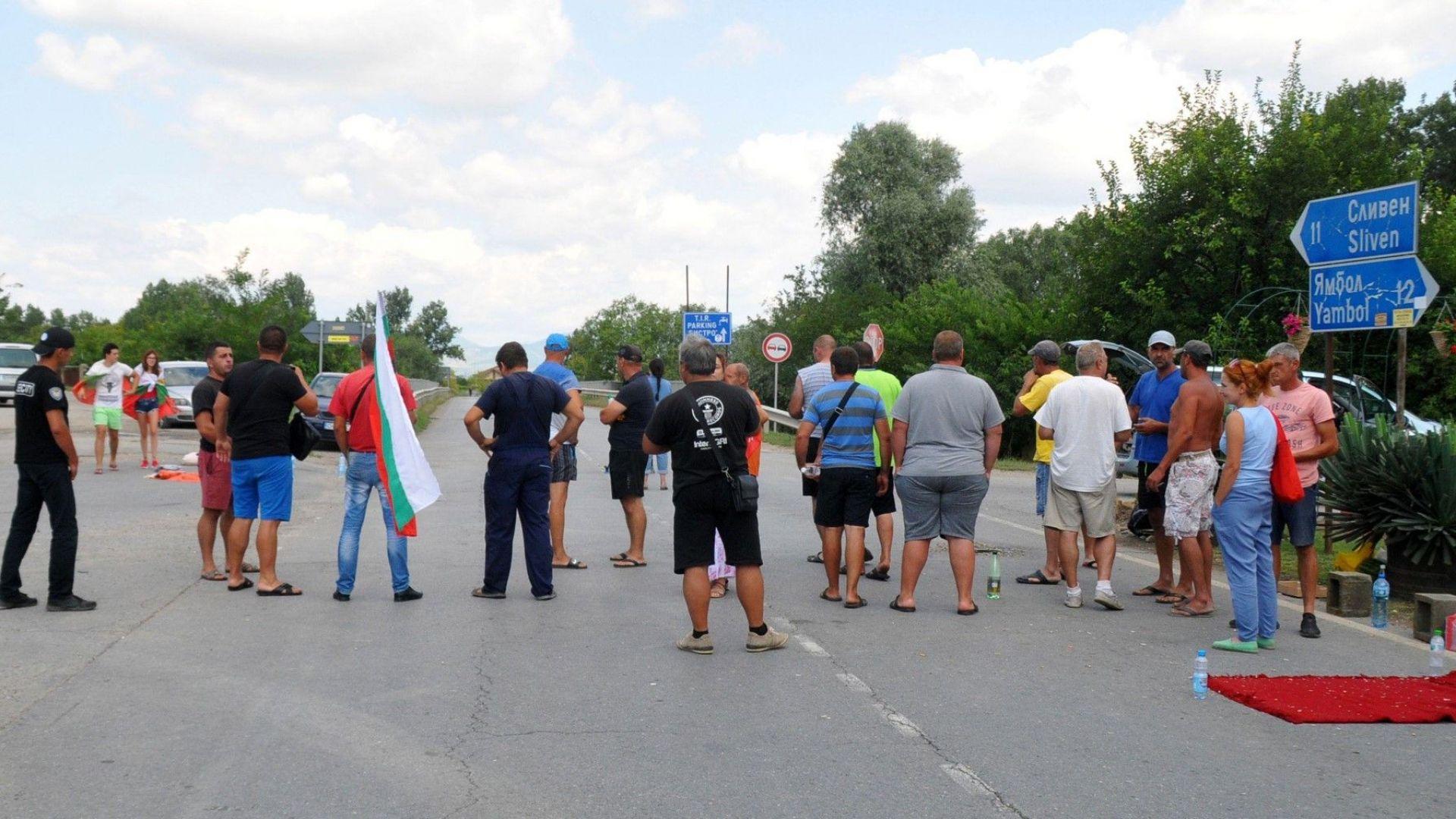 40 души блокираха за втора нощ главния път Сливен - Ямбол