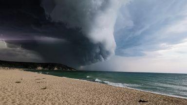Небето захлупи морето: Лятната буря - хит сред плажуващите