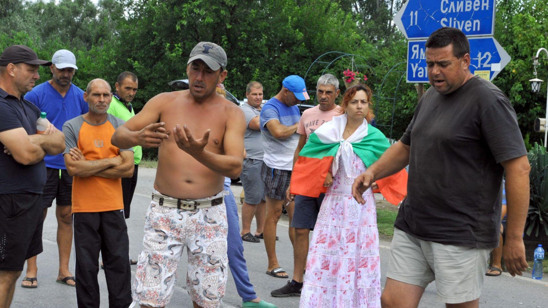 Продължава блокадата на пътя Сливен-Ямбол, оставиха протестиращите на тъмно