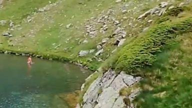 """Турист по бански се изкъпа в рилското езеро """"Окото"""""""