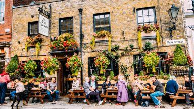 Всички ресторанти, барове и пъбове в Англия ще затварят в 22 ч. заради пандемията