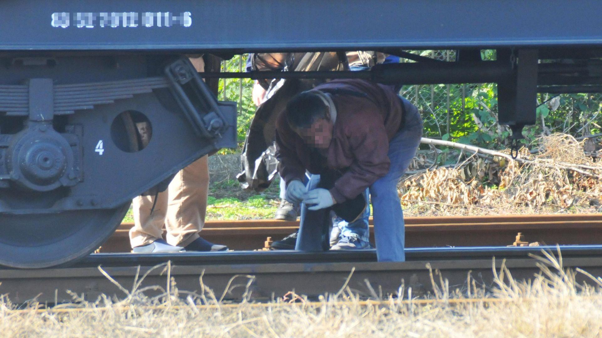 Снимка: Локомотив дерайлира след неправилно преминаване на камион през жп прелез
