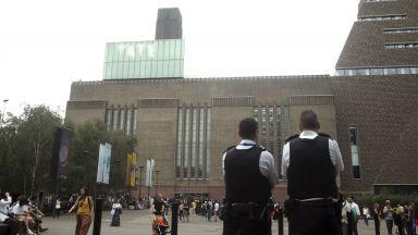 Младеж хвърли 6-годишно момче от 10-ия етаж на галерия в Лондон
