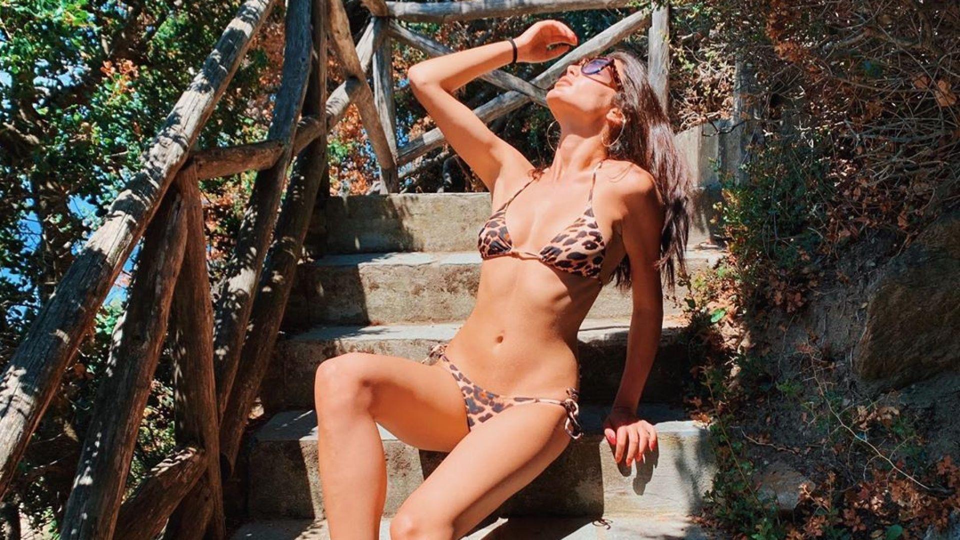 Олга Модева съблазнителна по леопардов бански