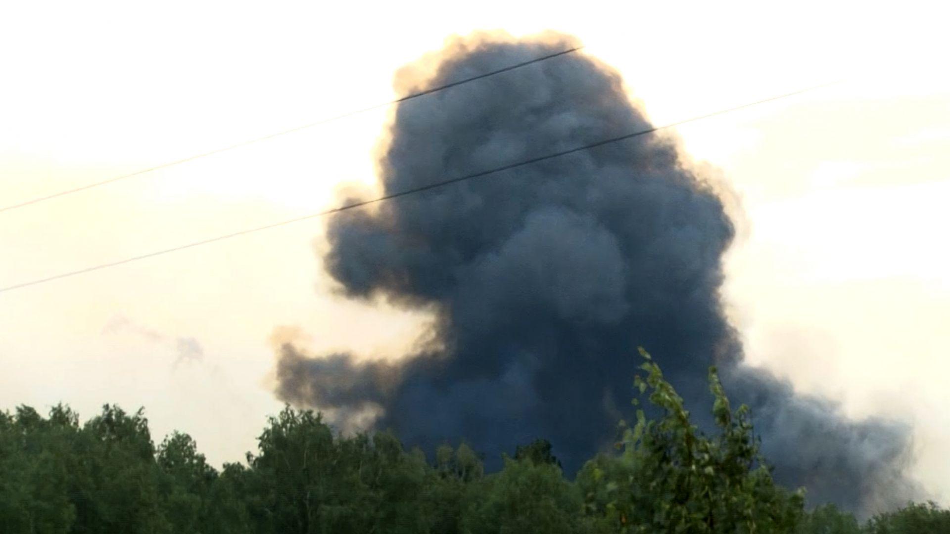 Над 16 хиляди души са напуснали района на горящия военен склад в Сибир (видео)