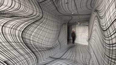 Художник превръща обикновени стаи в хипнотични оптични илюзии
