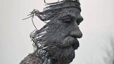Художник създава скулптури от метални пръчки, сякаш надраскани с молив