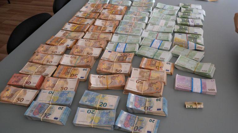 Задържаха 4-ма за пране на пари, откриха 1 млн. лв. и 3 кг злато (снимки)