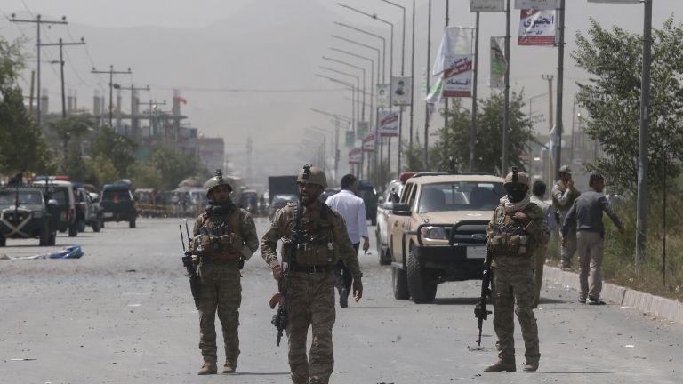 Кървав атентат пред полицейско управление в Кабул (снимки)