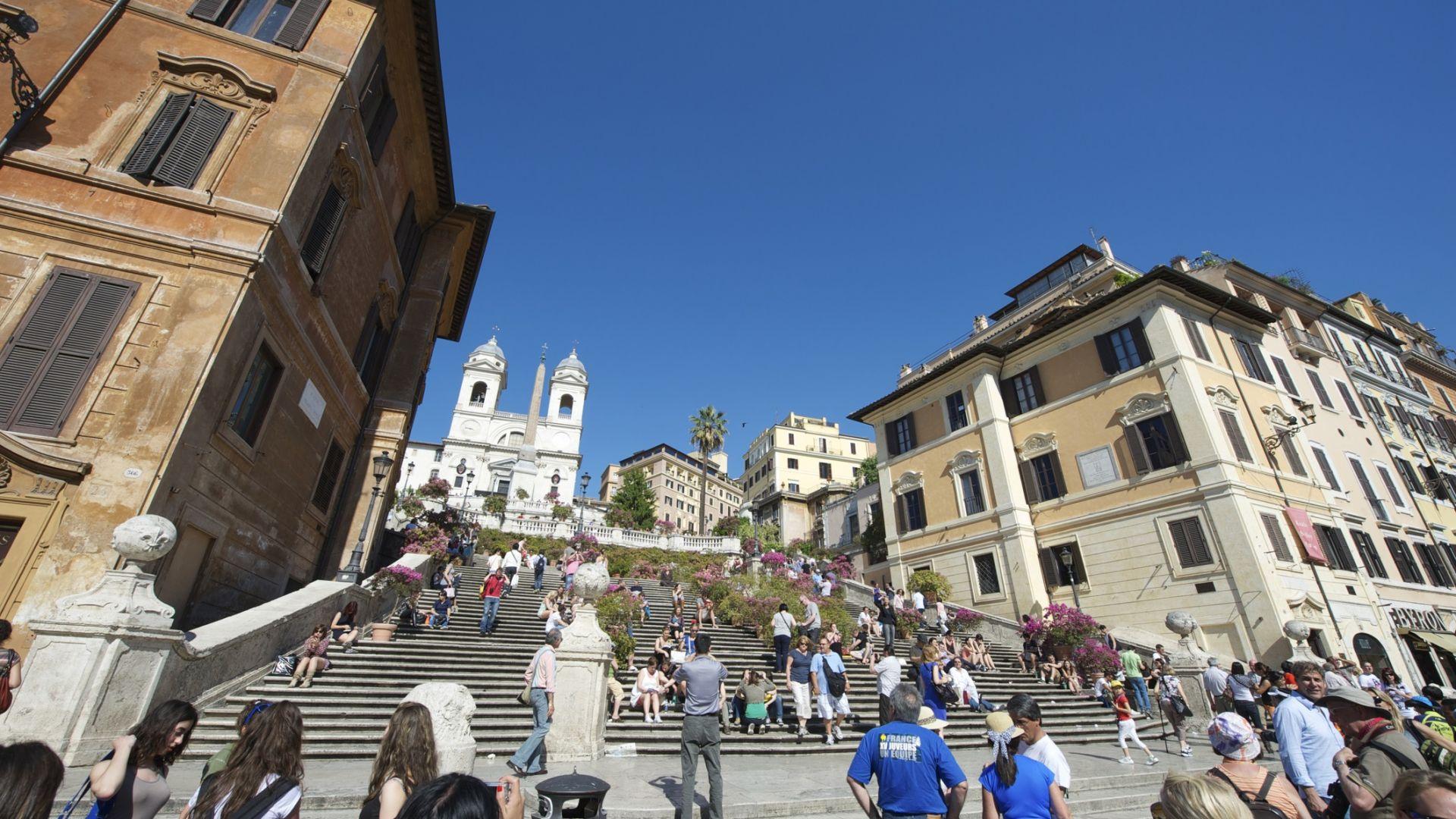 Снимка: Рим забрани на туристите да сядат на Испанското стълбище