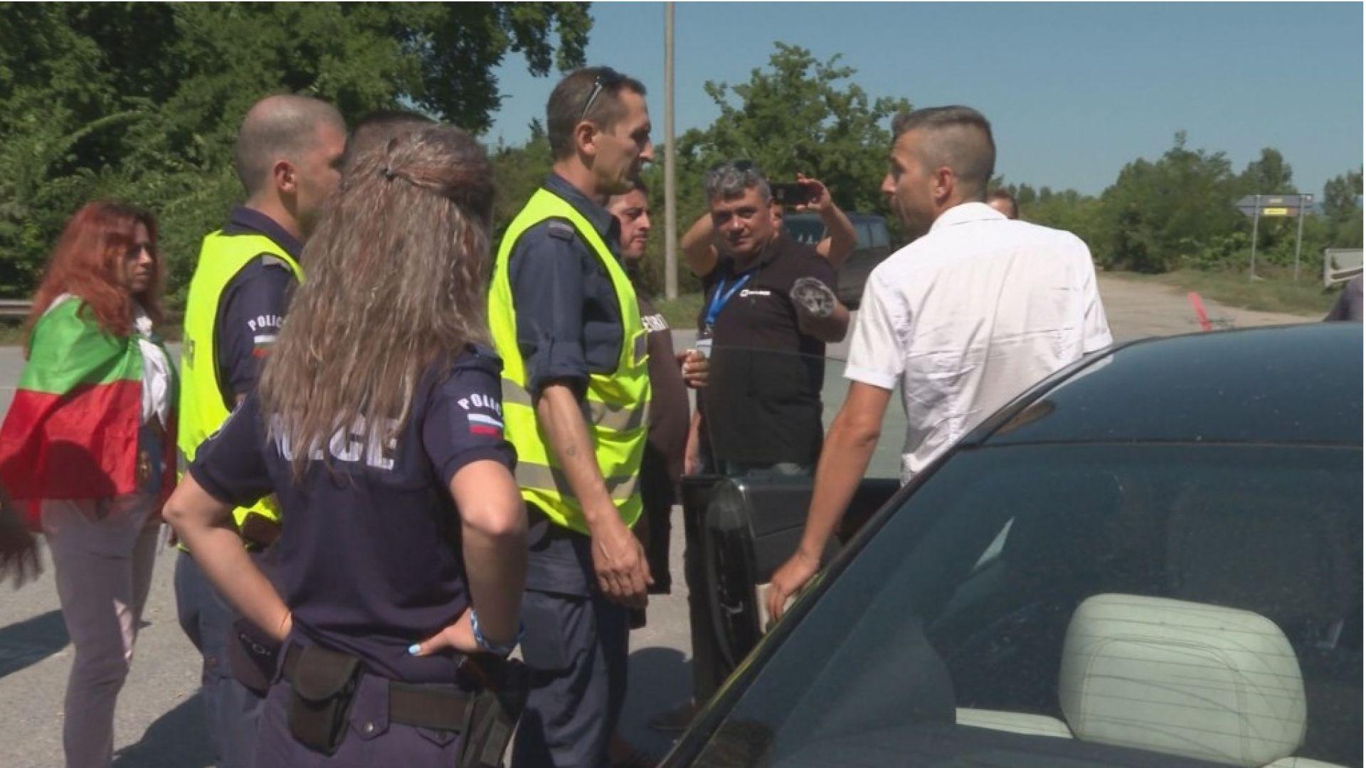 Протестиращите от Крушаре: Борисов да се качи на джипа си и да дойде тук
