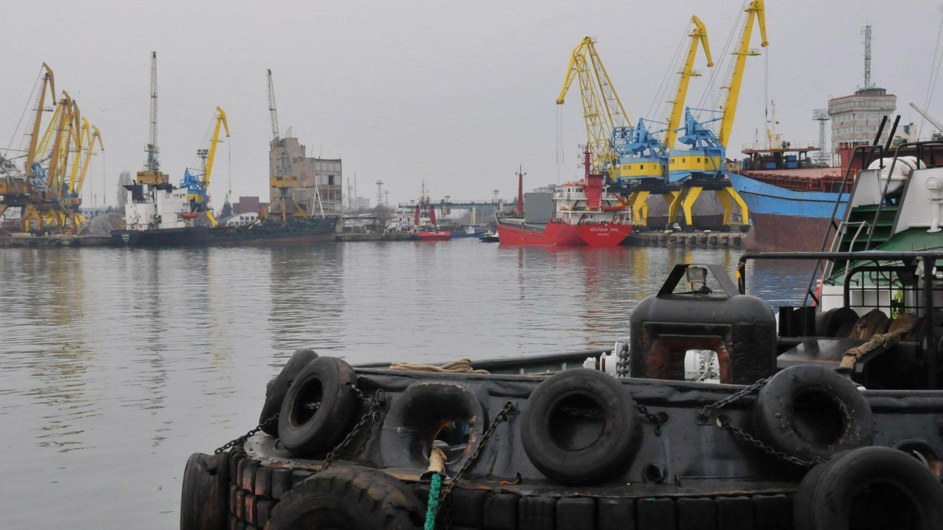 Кораб, държан принудително на пристанище Бургас, може да потъне без ремонт