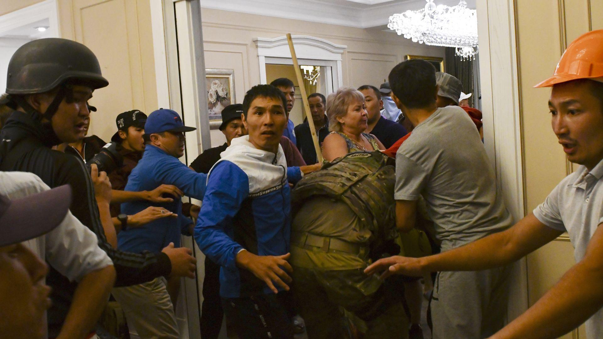 Експрезидентът на Киргизстан призна: Аз стрелях срещу командосите при щурма на дома ми