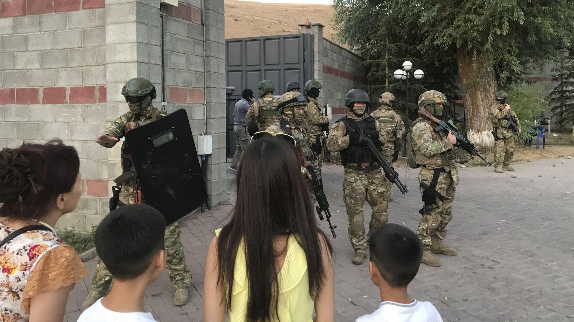 Убит командос и 36 ранени при неуспешна операция в Киргизстан за задържане на бивш президент