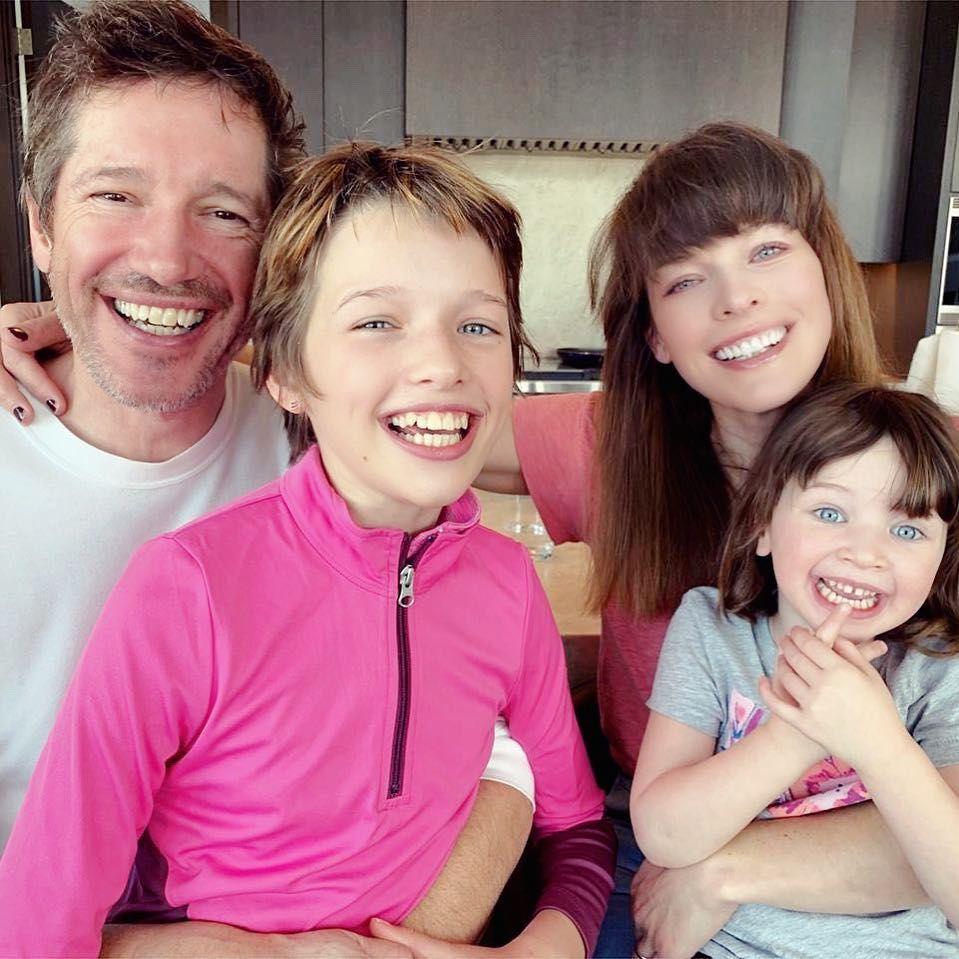 Мила със семейството си
