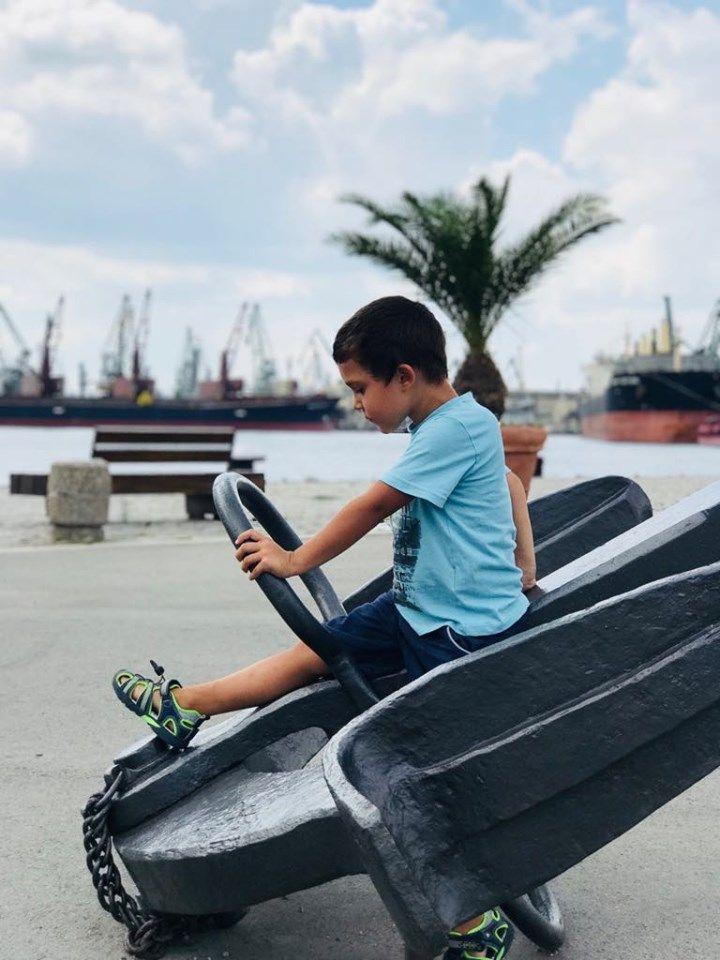 Пристанище Варна е декорирано с истински котви