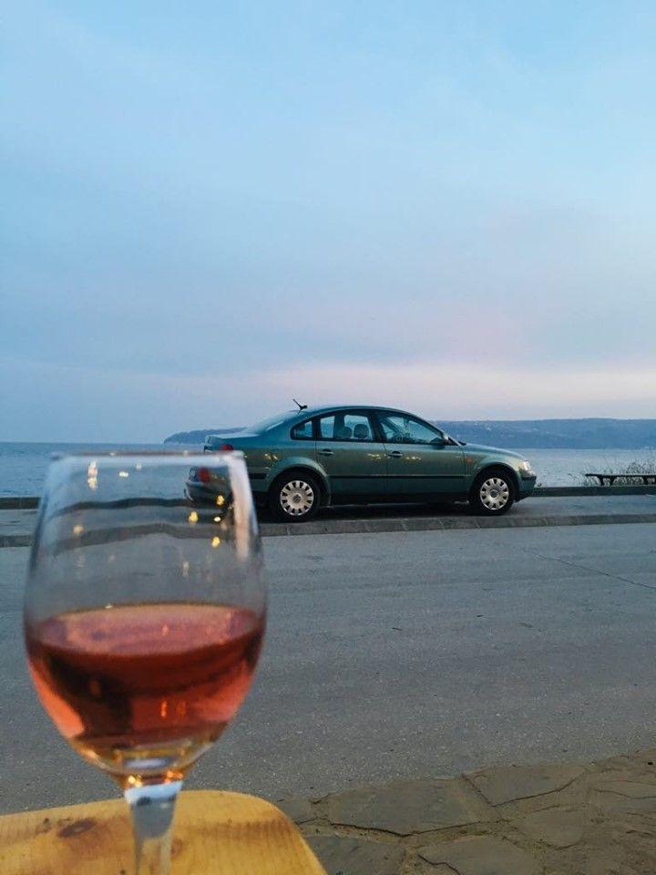 Чаша студено розе на алея първа