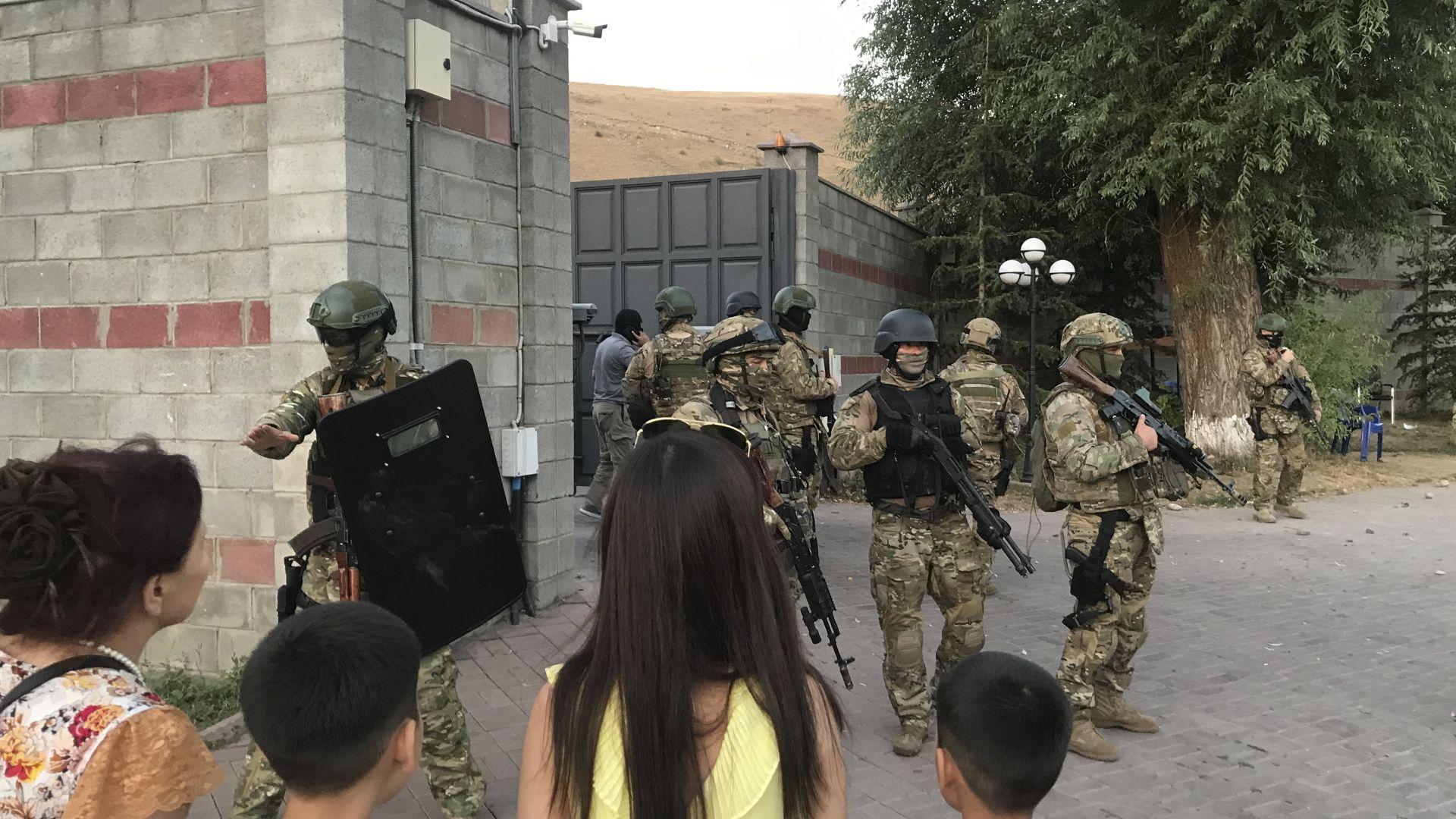 Арестуваха бившия президент на Киргизстан след щурм и стрелба (видео и снимки)