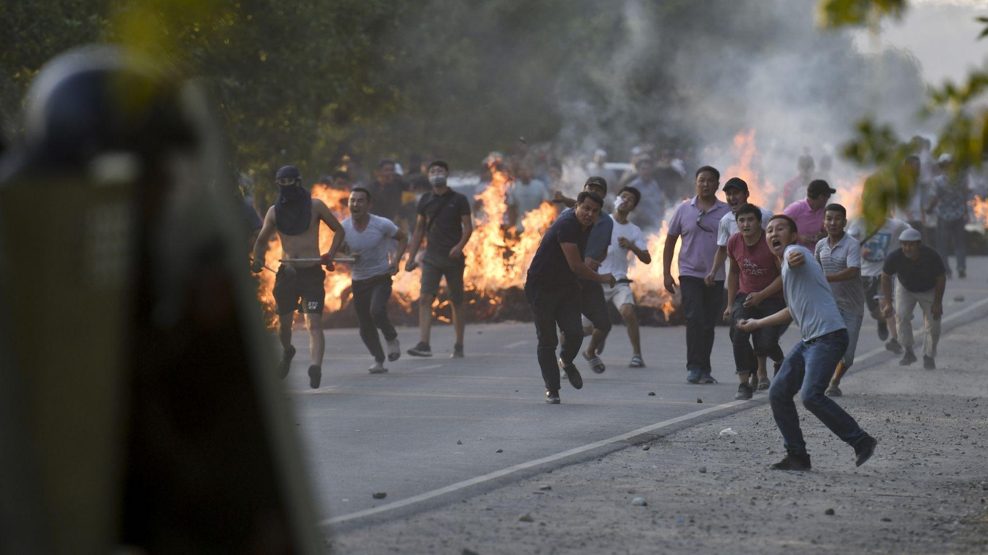 Привърженици на бившия президент Алмазбек Атамбаев хвърлят камъни, докато се бият с полицията за безредици в близост до резиденцията на Атамбаев в село Кой-Таш