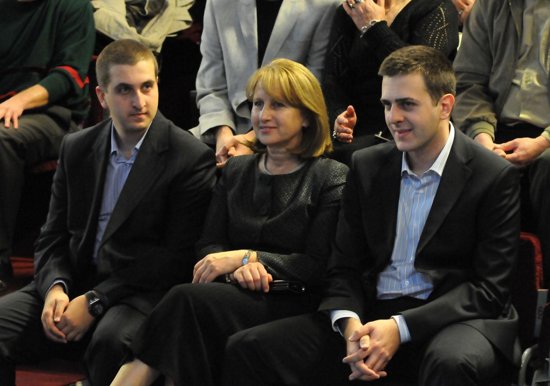 Съпругата на Георги Първанов с двамата им синове Владимир и Ивайло