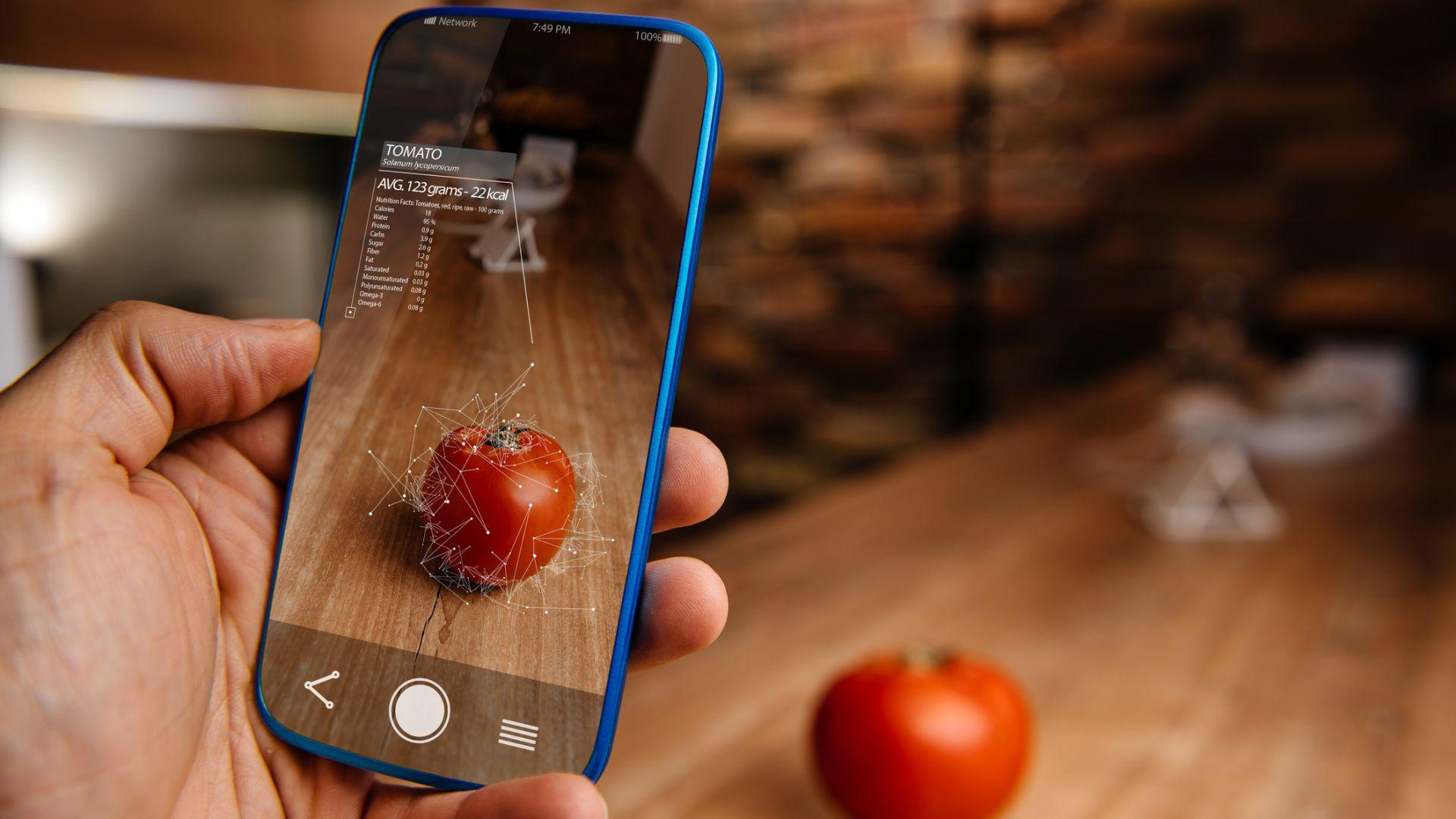 Приложение казва състава и калориите на храната пред вас