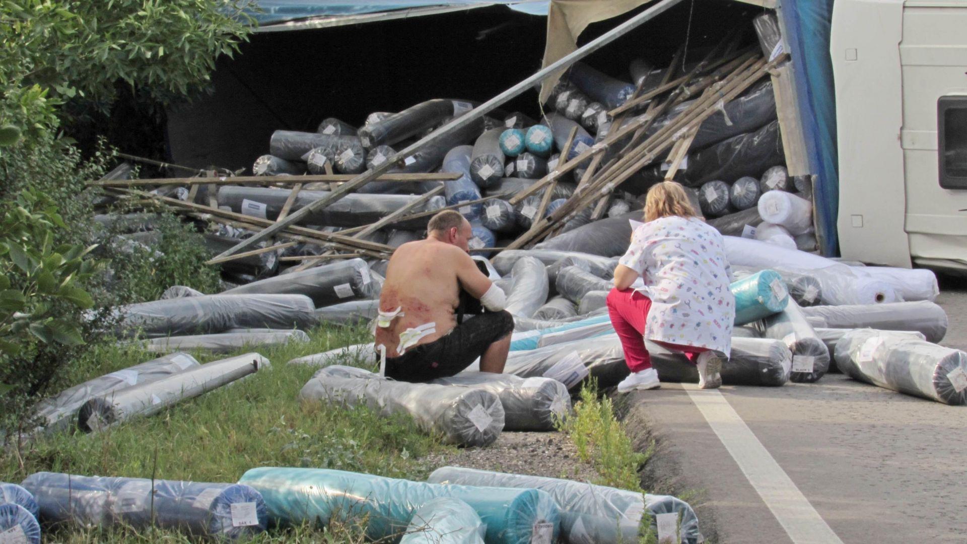 Пиян украинец обърна камион и разпиля платове край Русе (снимки и видео)
