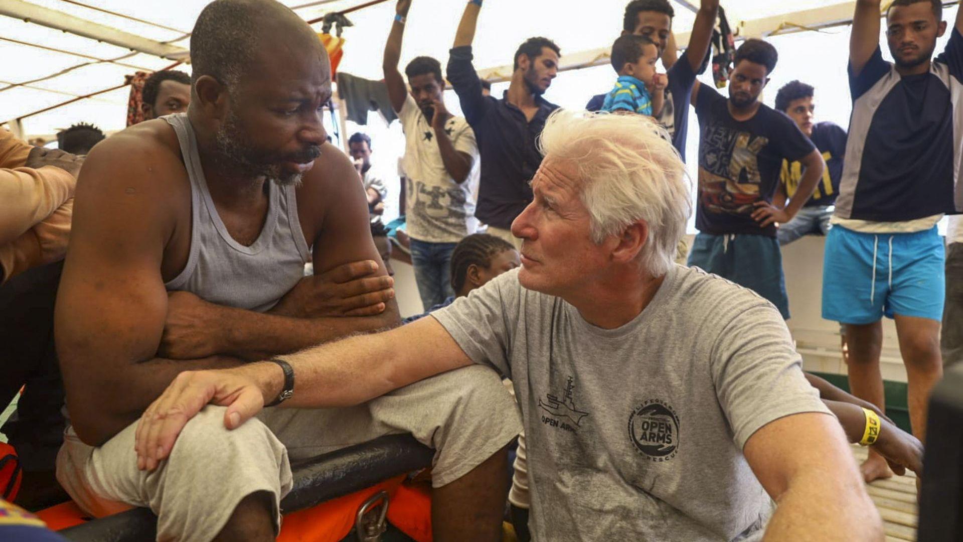 Ричърд Гиър се качи на кораб с мигранти (снимки)