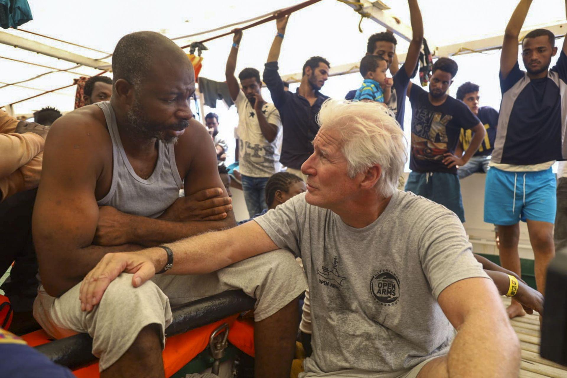 Ричард Гиър на кораб с мигранти