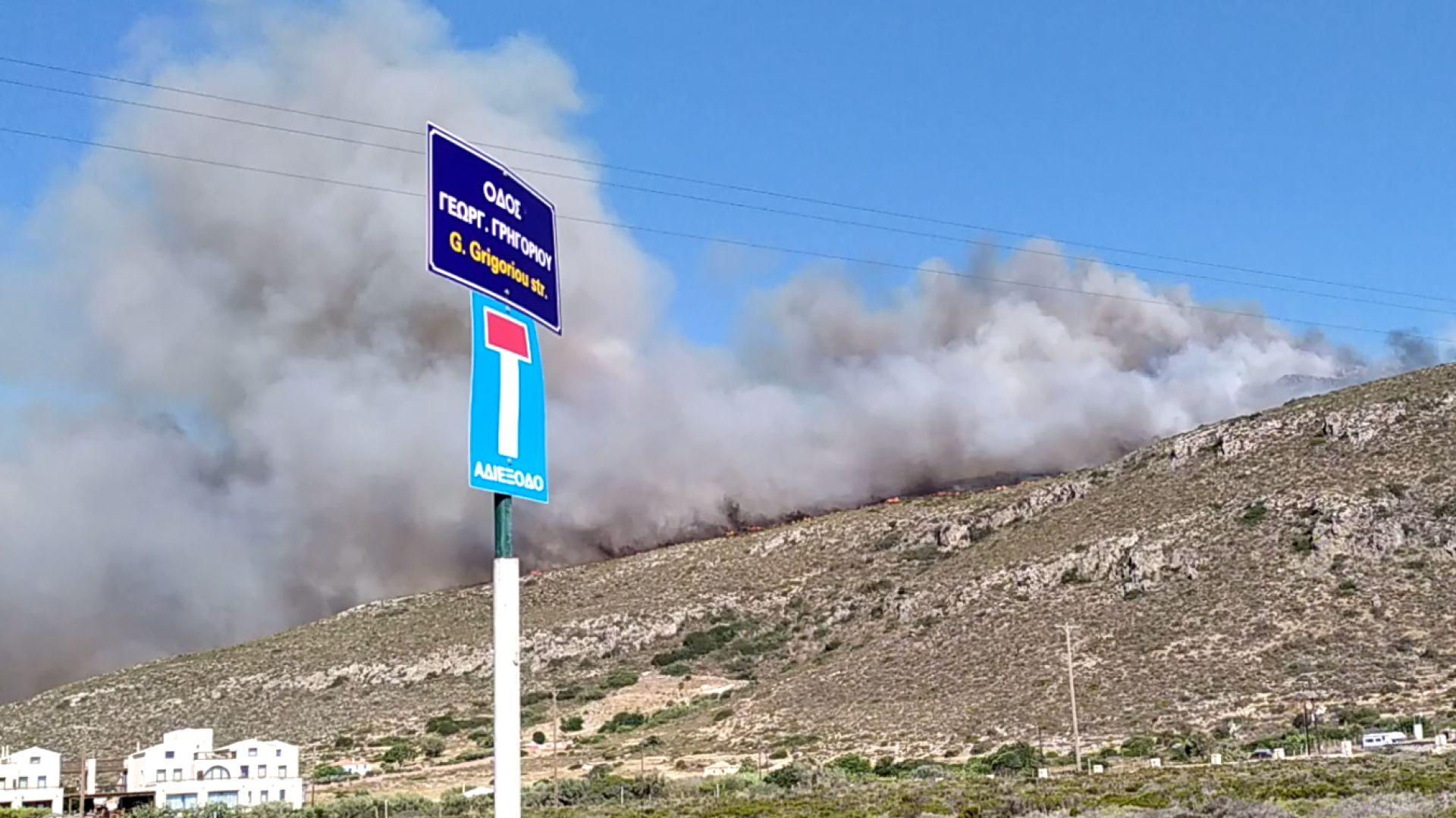 Пожар на гръцки остров, евакуират хора от хотели и къмпинги