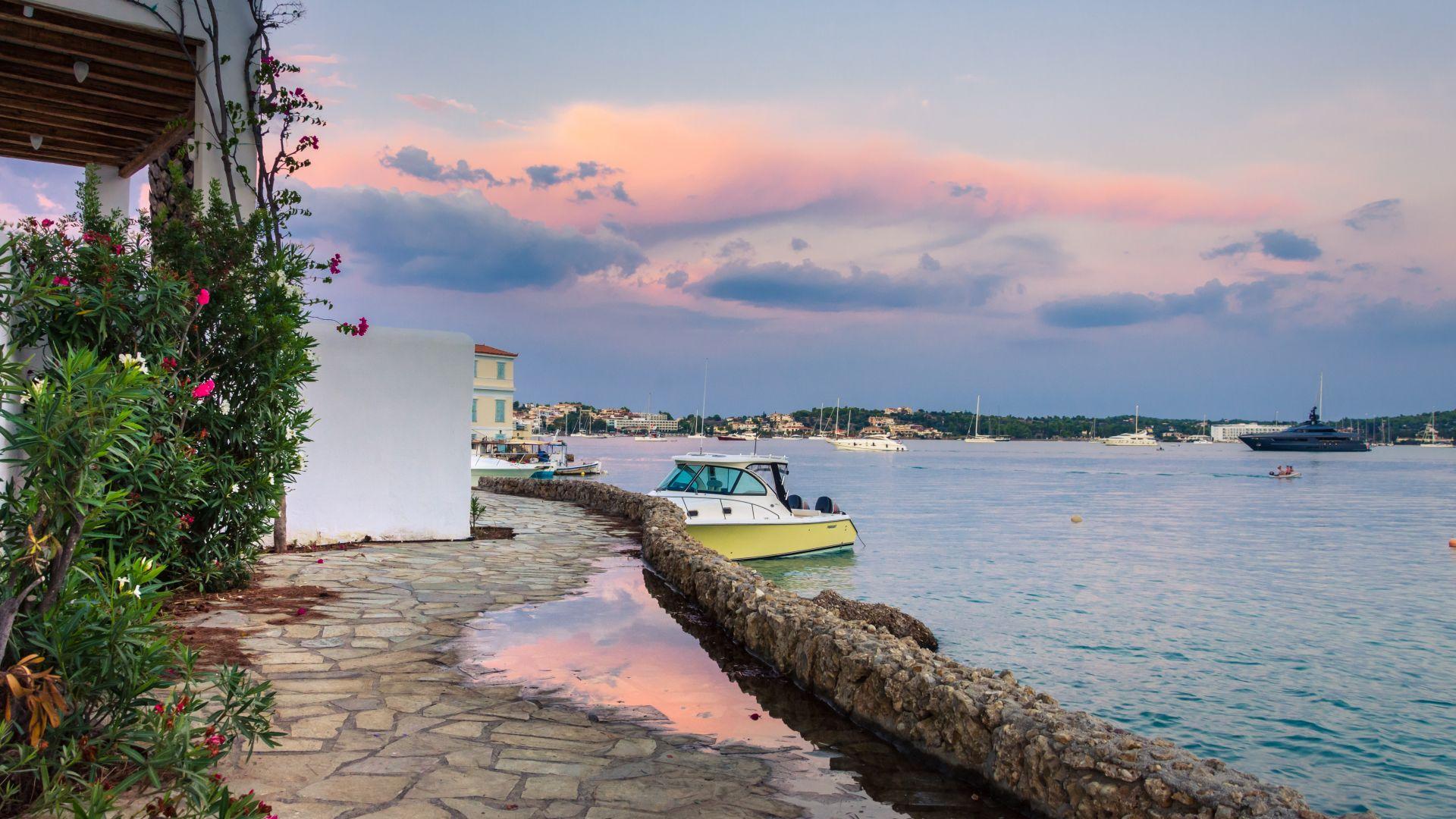 Френски туристи бяха задържани в Гърция след инцидент в морето