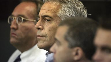 Обвинения за надзирателите от затвора, където бе намерен мъртъв Джефри Епстийн