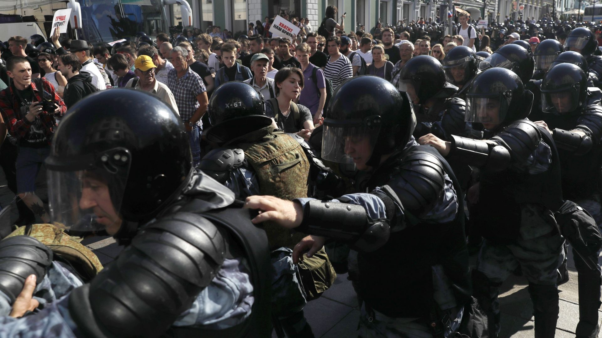 Гняв заради видео, на което полицай бие протестираща в Русия